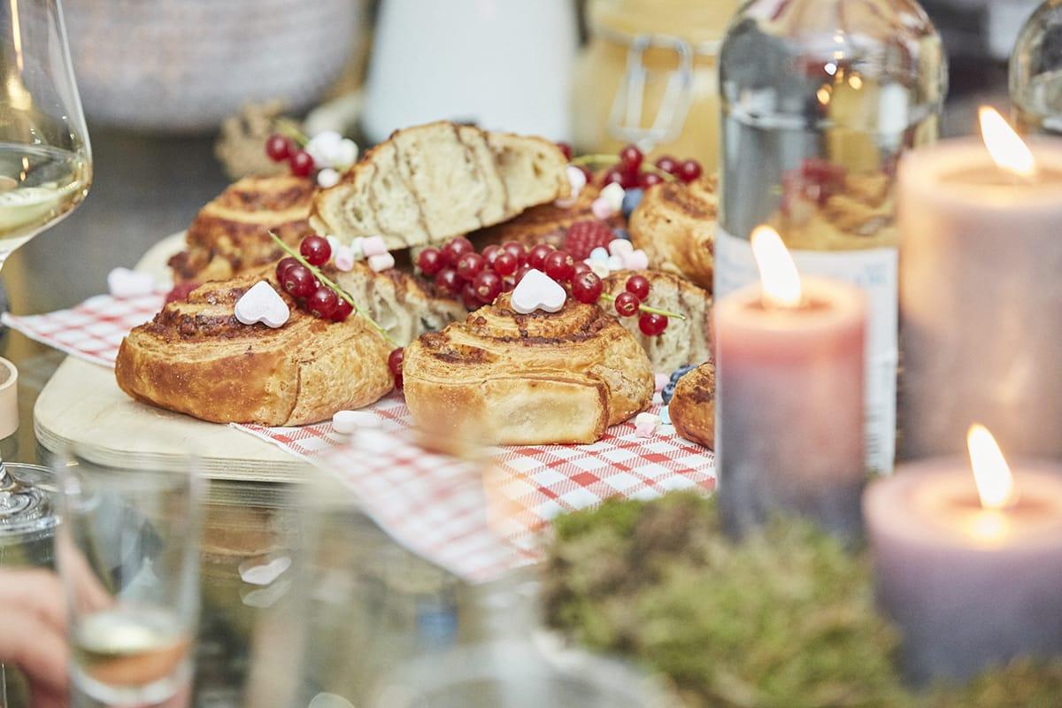 Auch Zimtschnecken gehören zu einem richtigen Festessen in der hyggeligen Weihnachtszeit.