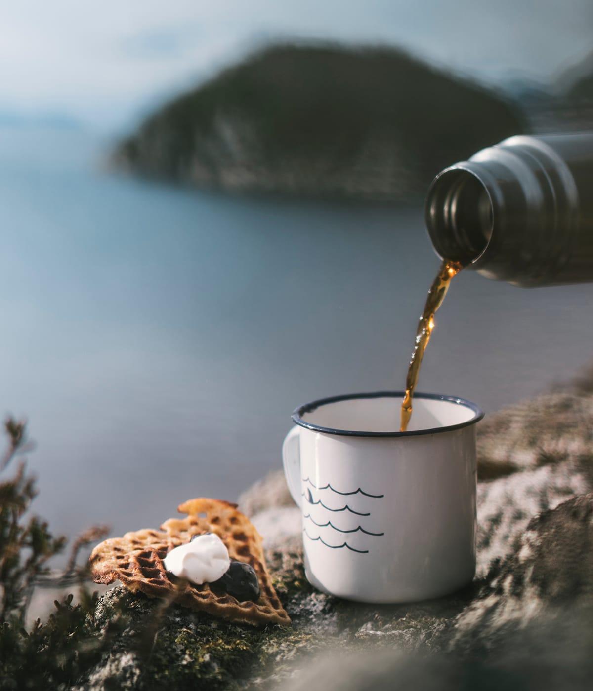Kaffee und Waffeln lassen sich als typische norwegische Spezialitäten gut als Picknick in der freien Natur genießen.