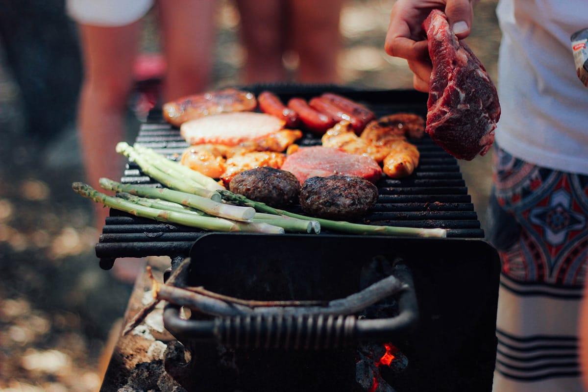 Wer eine Gartenparty feiert, wirft am besten den Grill an.