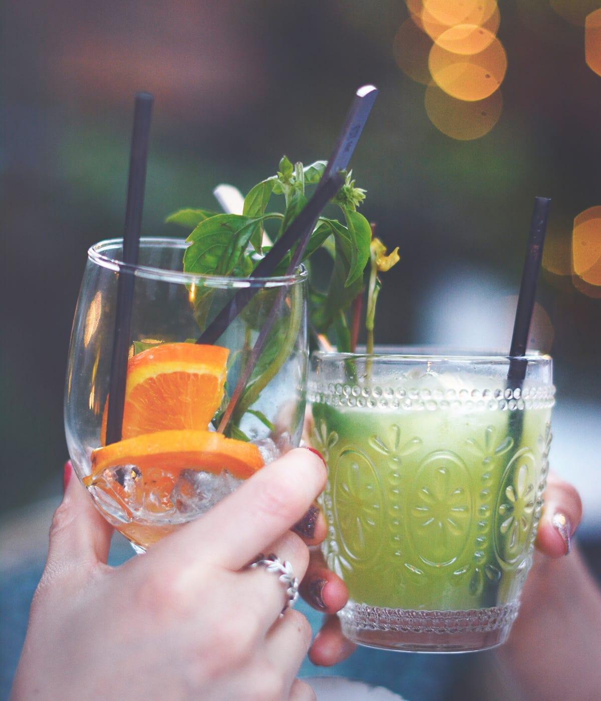 Sommerliche Cocktails kommen bei einer Gartenparty immer gut an.
