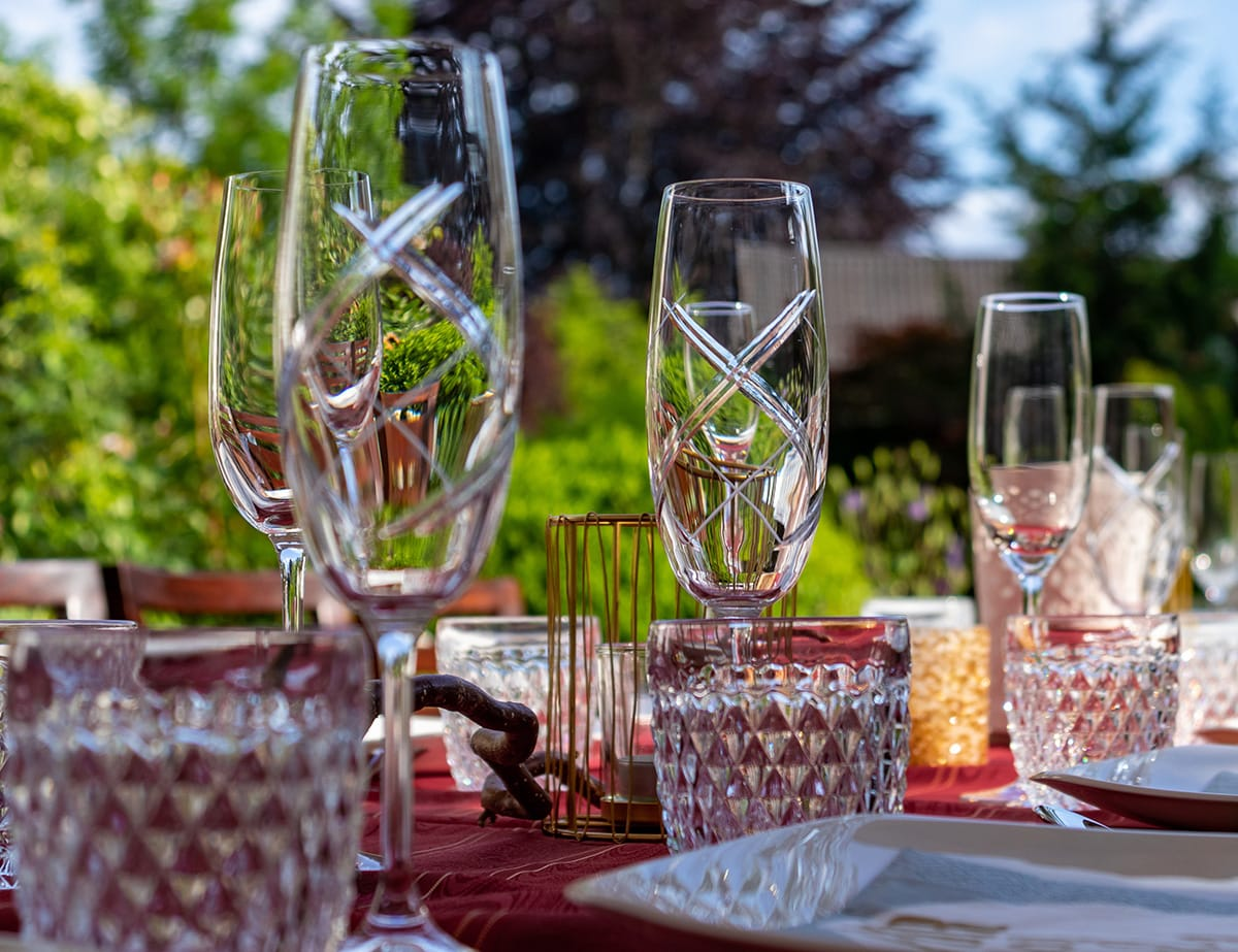 Ein langer Tisch für eine Gartenparty ist gemütlich und bietet Platz für viele Menschen.
