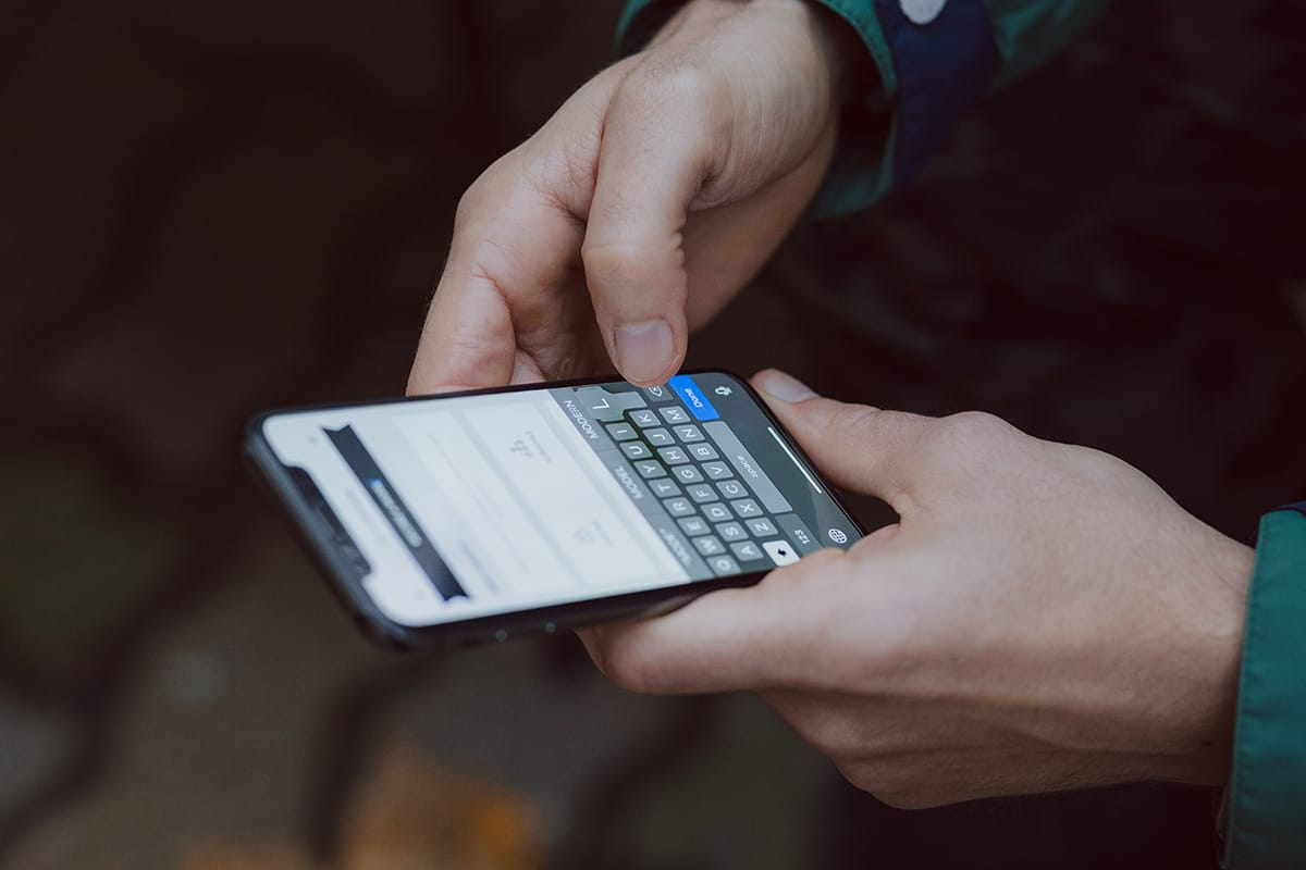 Miteinander reden ist oftmals effizienter als schnell eine SMS zu schreiben.