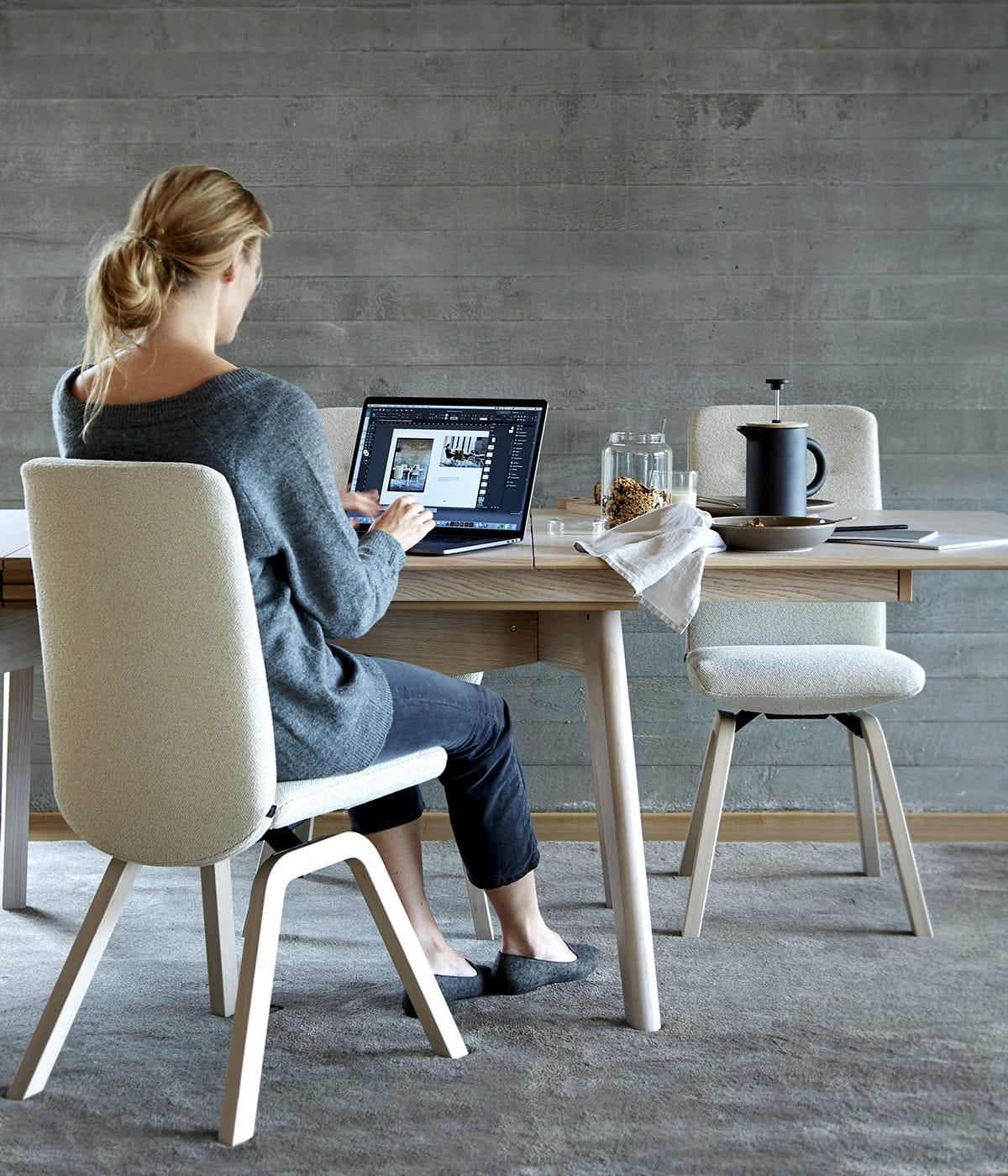 Ob ohne Handy oder mit – auf den Stressless Dining Stühlen Rosemary sitzt man immer entspannt und bequem.