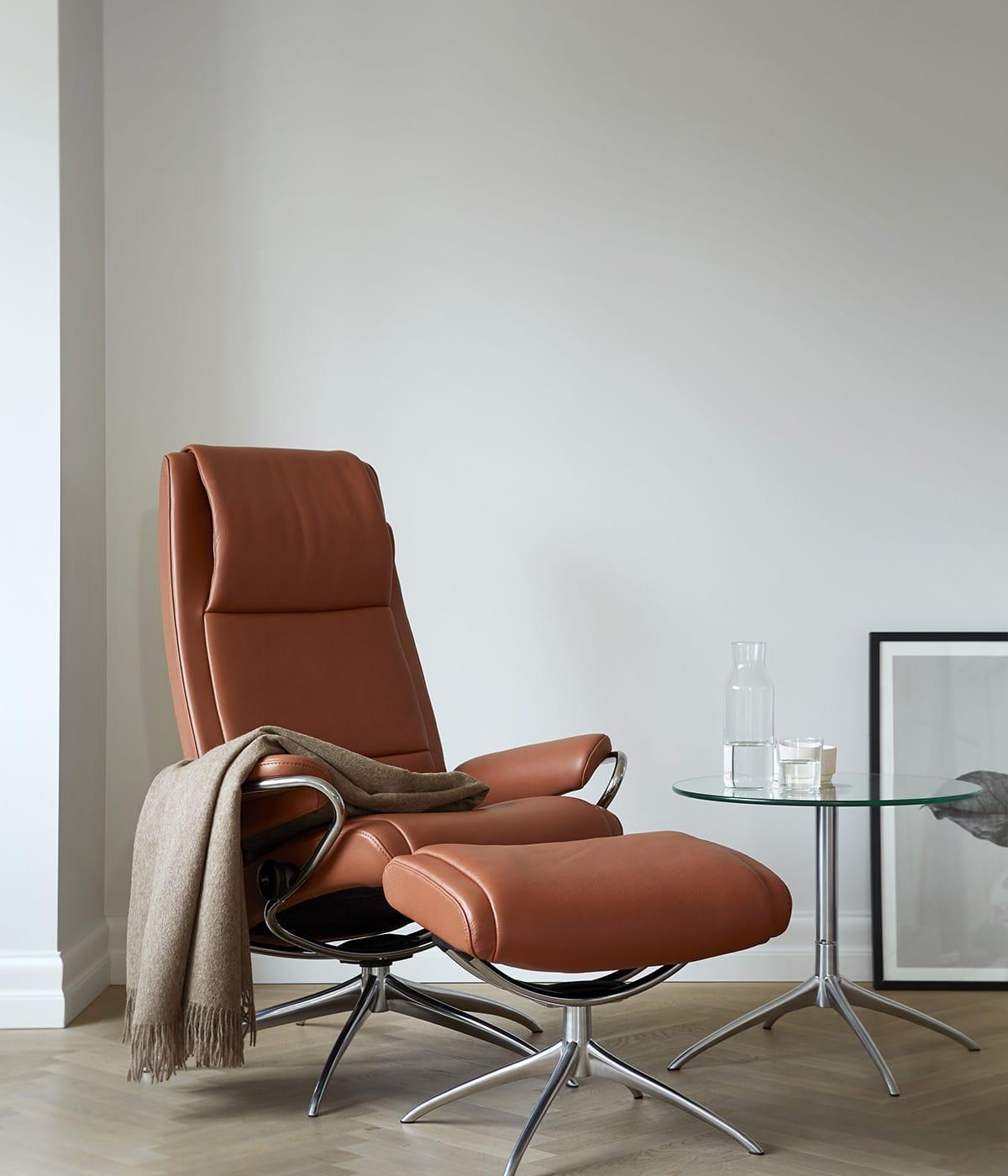Kleine Beistelltische neben einem Stressless Paris Sessel schaffen eine entspannte wohnliche Atmosphäre.