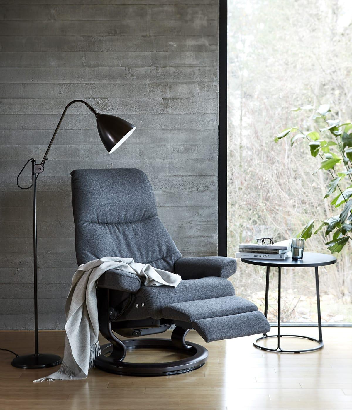 Ein kleiner Beistelltisch neben dem Stressless View Sessel mit LegComfort – und die Entspannung ist perfekt.