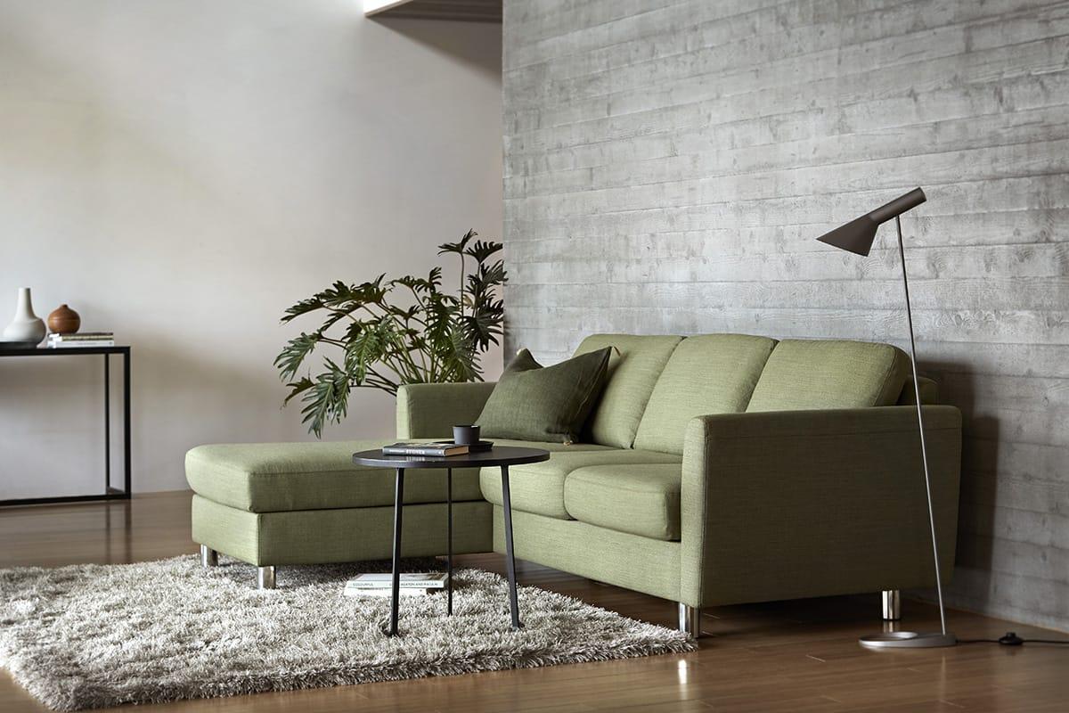 Kleine Beistelltische ergänzen die Stressless E350 Sofakombination ganz wunderbar.