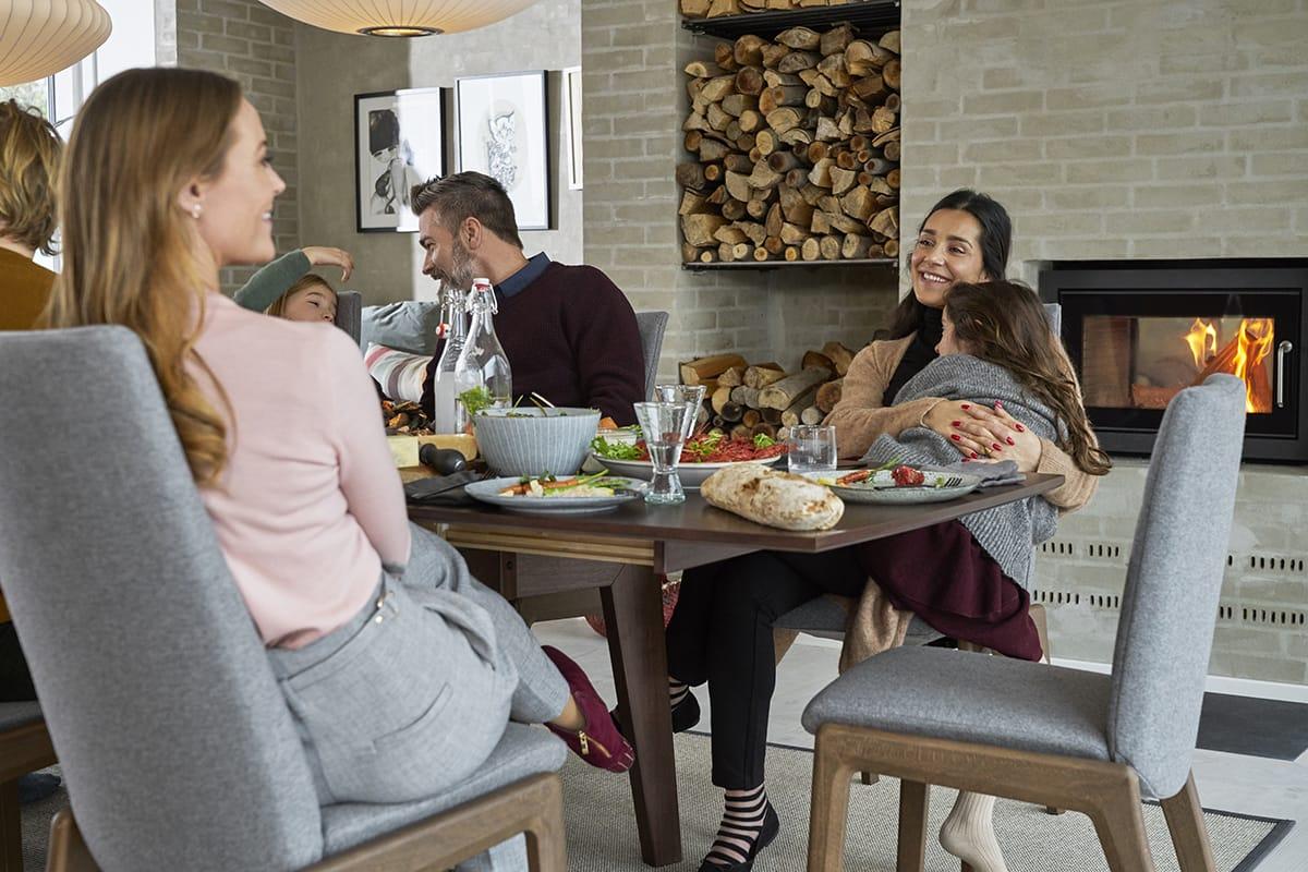 Auf Stressless Dining Stühlen lässt sich entspannt von Abenteuern ohne Handy erzählen.