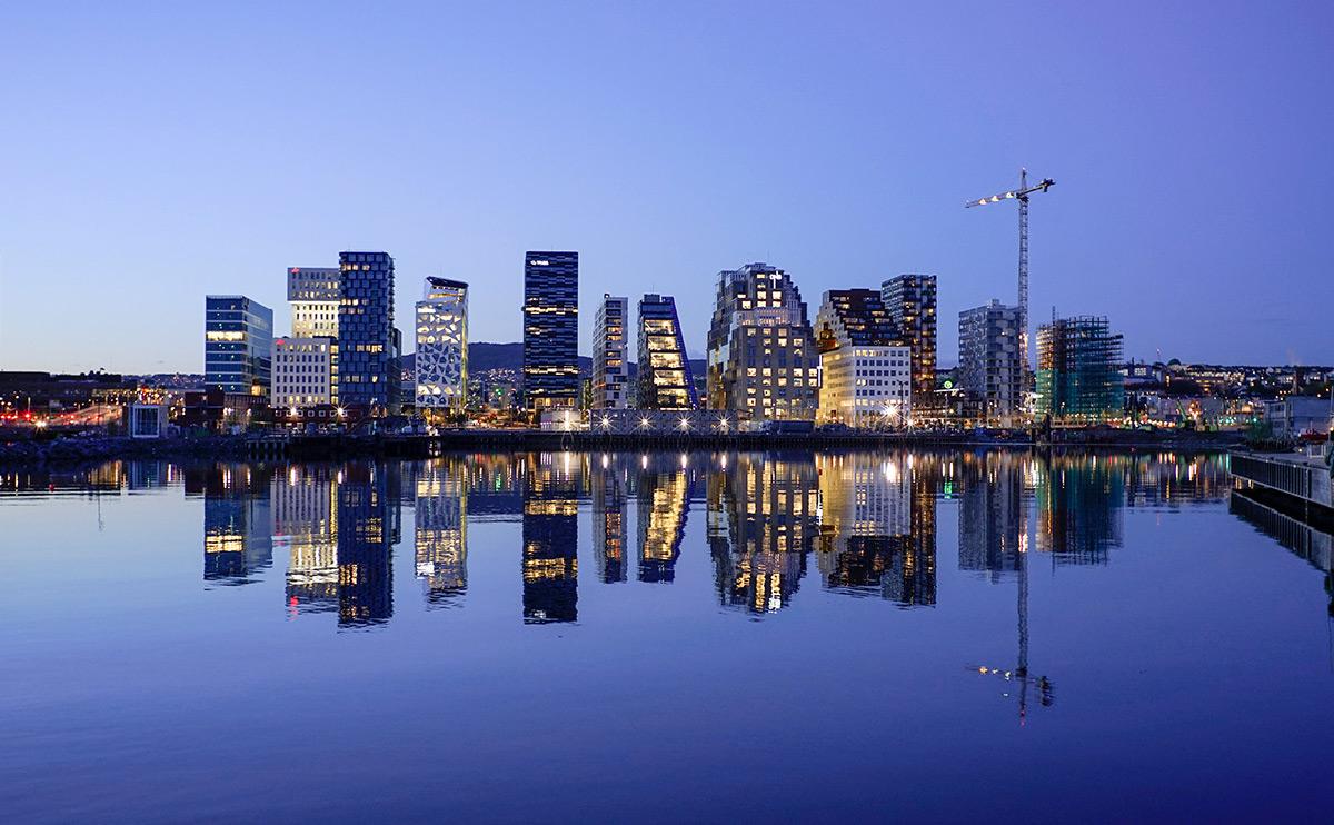 Moderne Architektur an der Osloer Hafenpromenade – angesagter Hotspot für deinen Design-Trip.