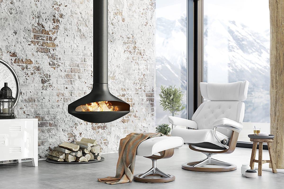 Schöne Weihnachtsdekoration, Kaminfeuer und der Sessel Stressless Skyline schaffen Gemütlichkeit.