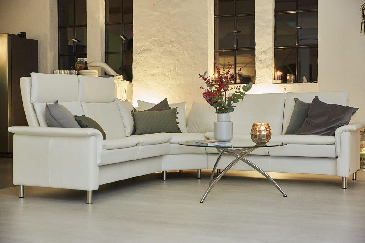 Umgeben von stimmungsvoller Weihnachtsdekoration wird das Stressless Aurora Sofa noch gemütlicher.