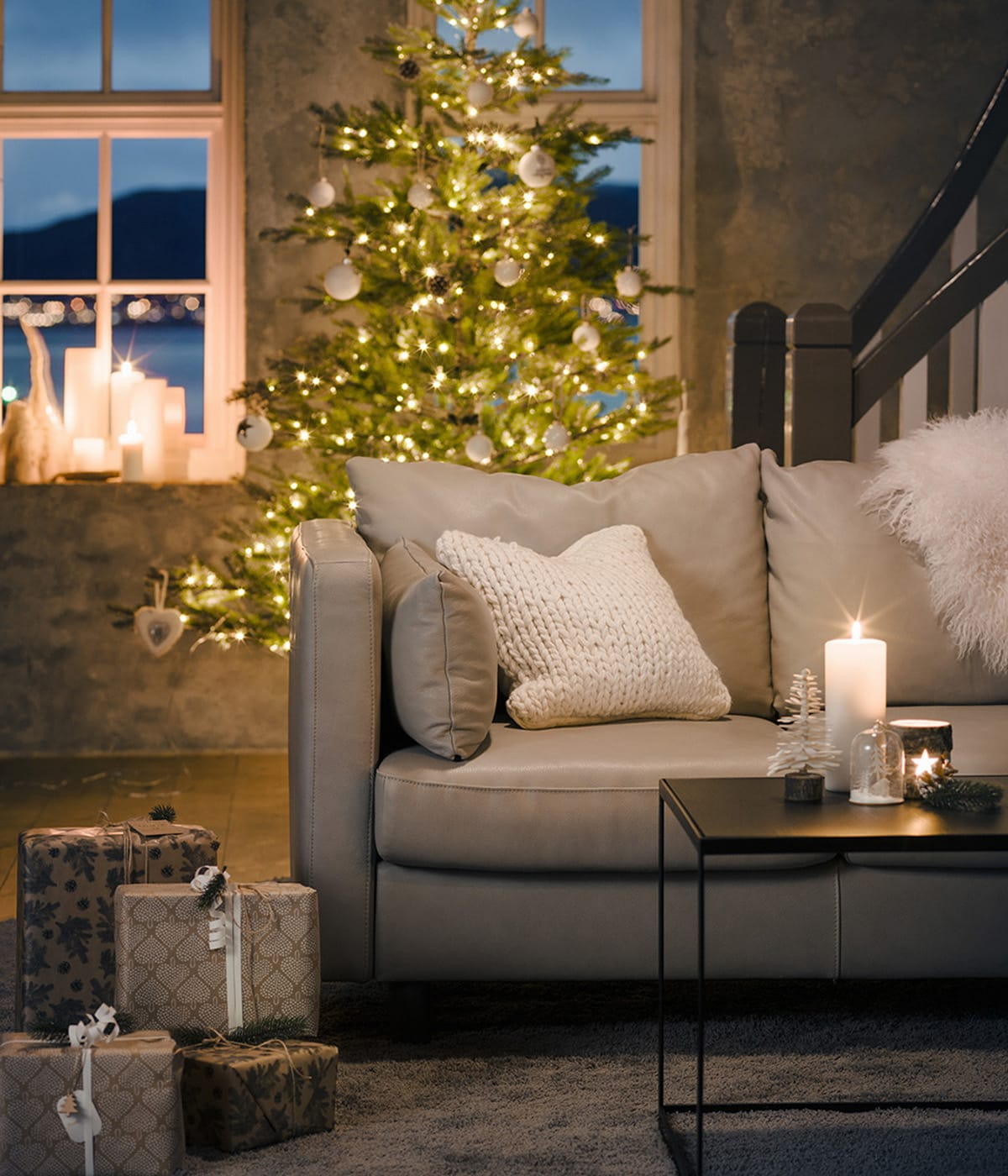Schöne Weihnachtsdekoration und ein Stressless Sofa – so wird Weihnachten ganz entspannt.