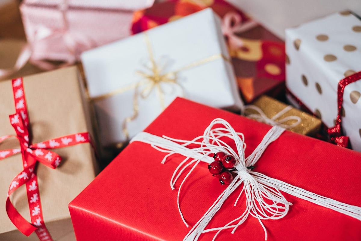 Verpackte Geschenke unter dem Weihnachtsbaum auch in Norwegen zur Weihnachtsdekoration.