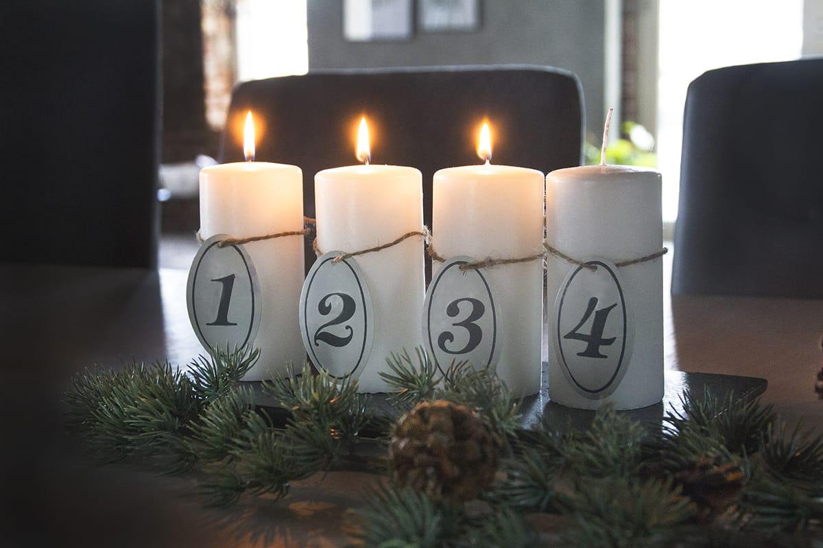 Adventskerzen sorgen bei der norwegischen Weihnachtsdekoration für behagliches Licht.