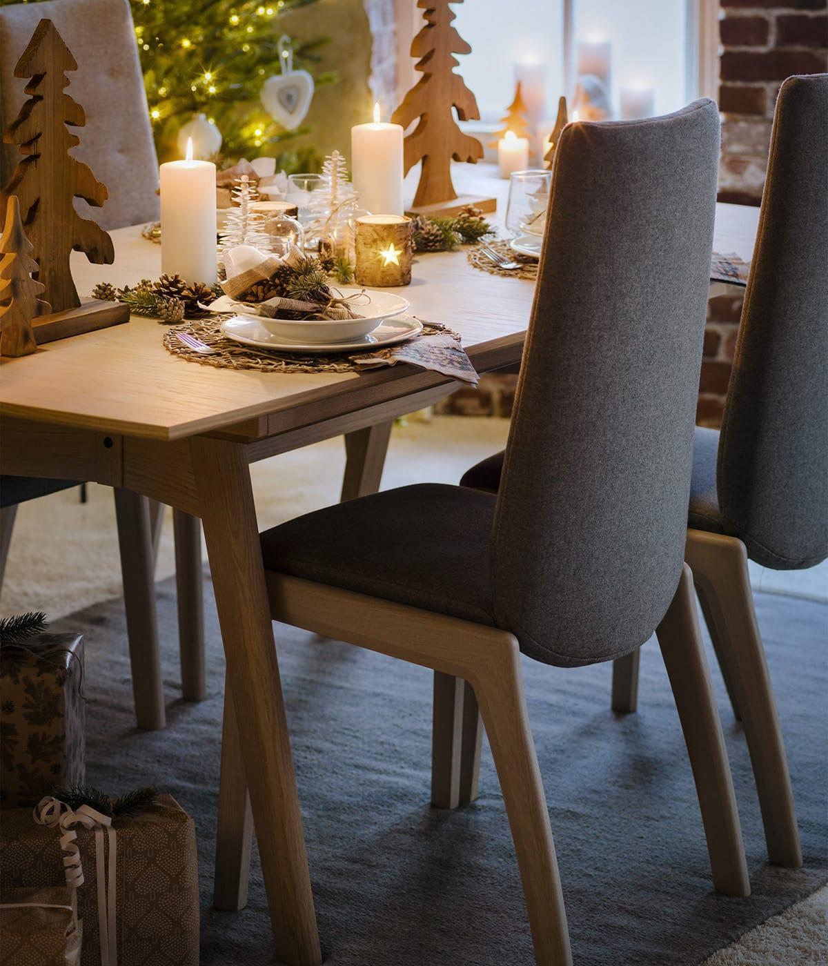 Statt einer großen Weihnachtsparty könnt ihr auch ein Dinner veranstalten und den Abend auf Stressless Dining Stühlen genießen.