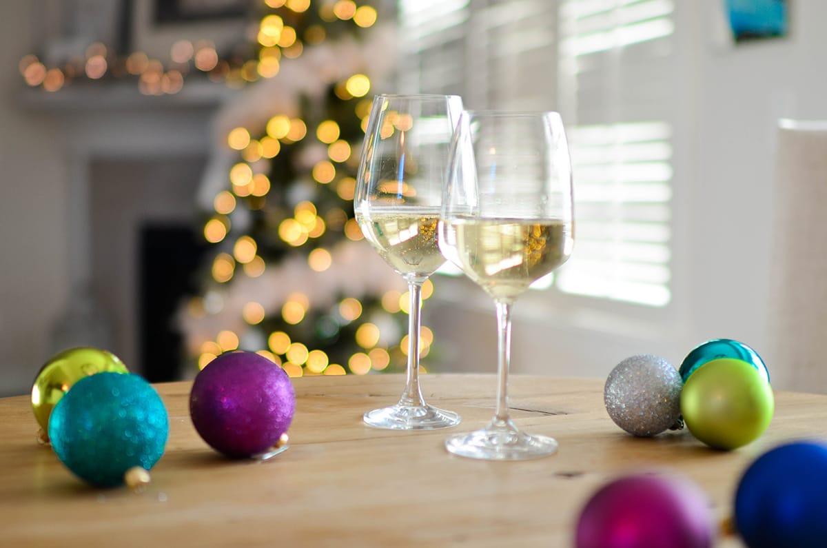 Umgeben von stimmungsvoller Weihnachtsdekoration wird die Weihnachtsparty noch gemütlicher.