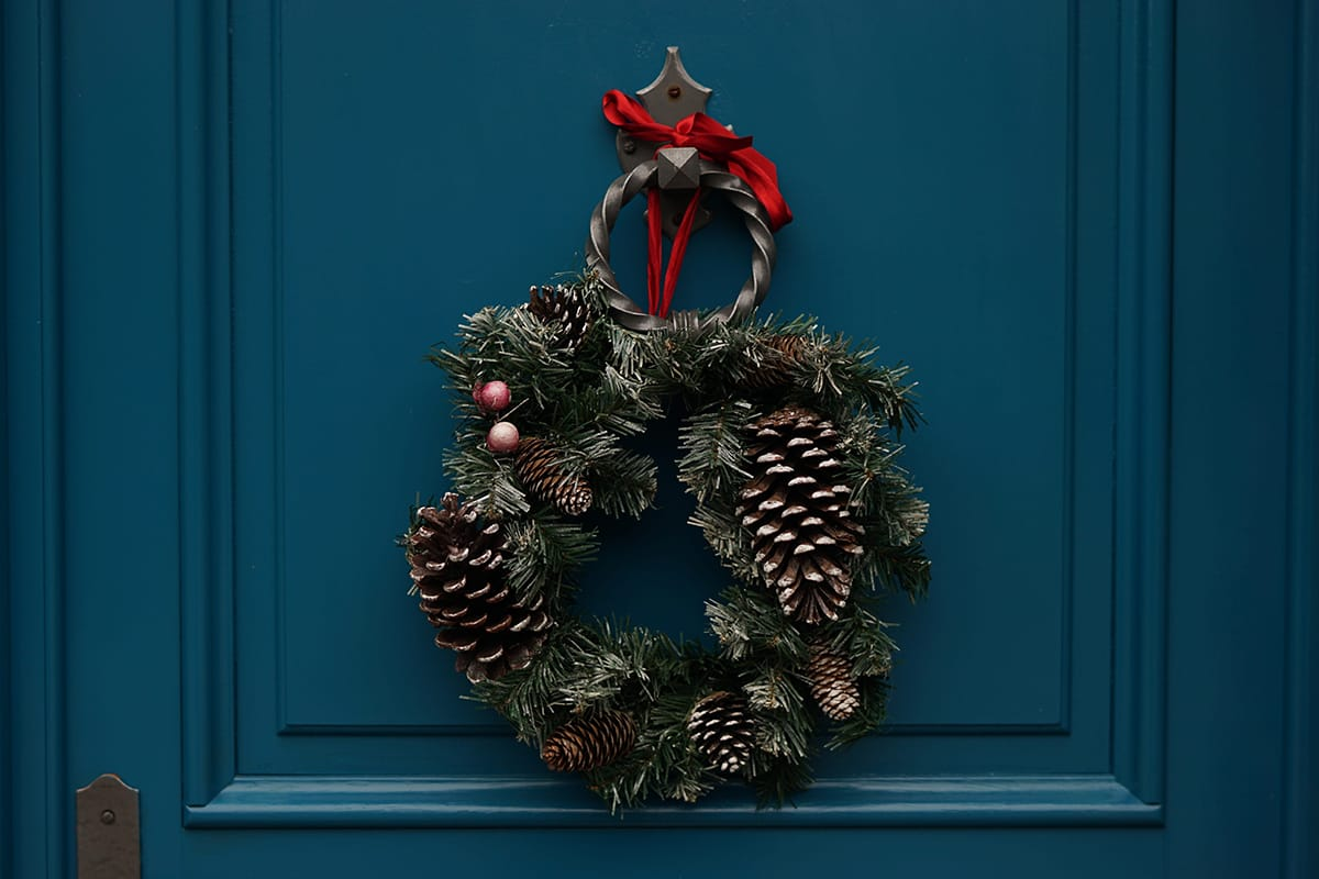 Ein Weihnachtskranz an der Tür ist einladend und heißt zur Weihnachtsparty herzlich willkommen.
