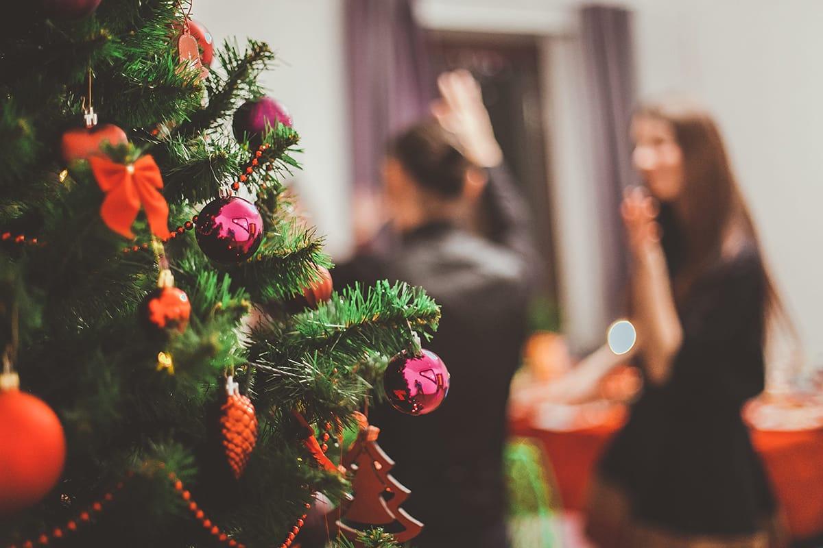 Eine Weihnachtsparty ist eine gute Gelegenheit, um Freunde und Familie einzuladen und in weihnachtlicher Atmosphäre zu feiern.