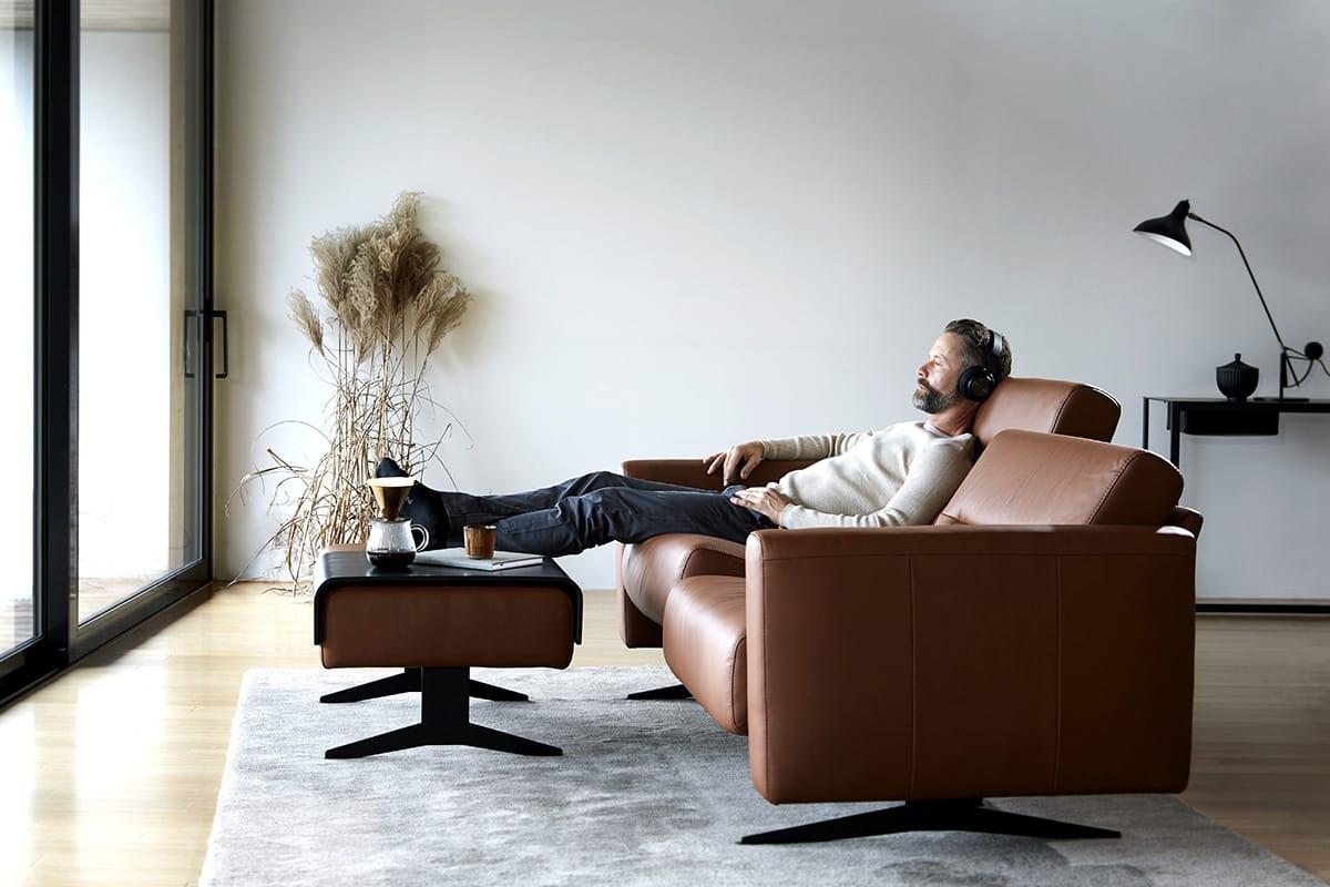 Ein Stressless Stella Sofa ist der perfekte Platz, um Entschleunigung mit Slow TV zu genießen.