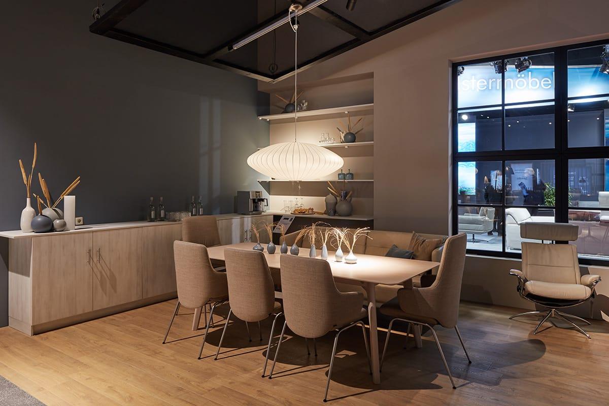 Einer der zentralen Wohntrends 2020: Fließende Formen sorgen für Wohlgefühl, wie hier die Stressless Dining Stühle.