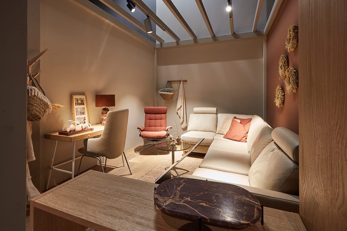 Schlanke und flexible Möbelstücke wie zum Beispiel der Sessel Stressless Tokyo oder das Sofa Stressless Emma entsprechen den Wohntrends 2020.