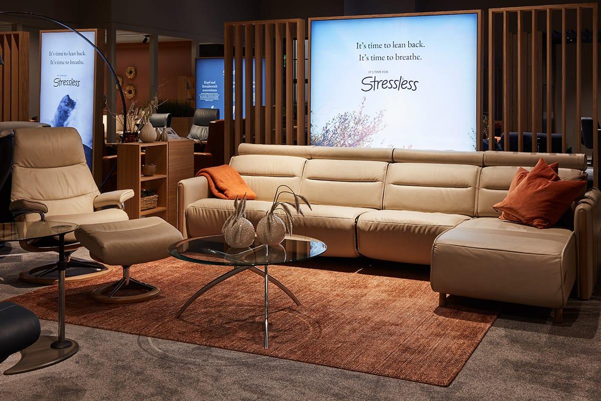 Ganz im Wohntrend 2020 liegen auch das Sofa Stressless Emily sowie der passende Stressless View Relaxsessel.
