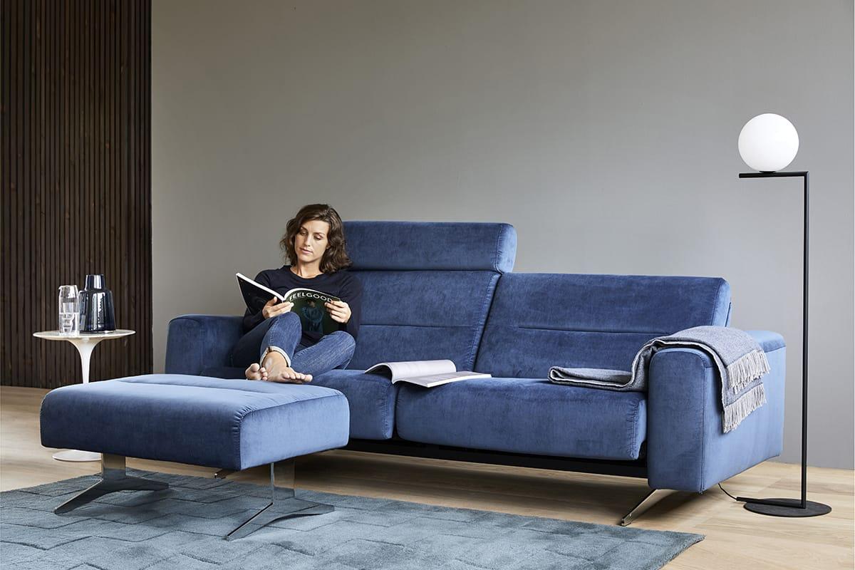 Norwegisches Design, wie hier das Sofa Stressless Stella in der Trendfarbe Blau, wird durch die passende Beleuchtung noch gemütlicher.