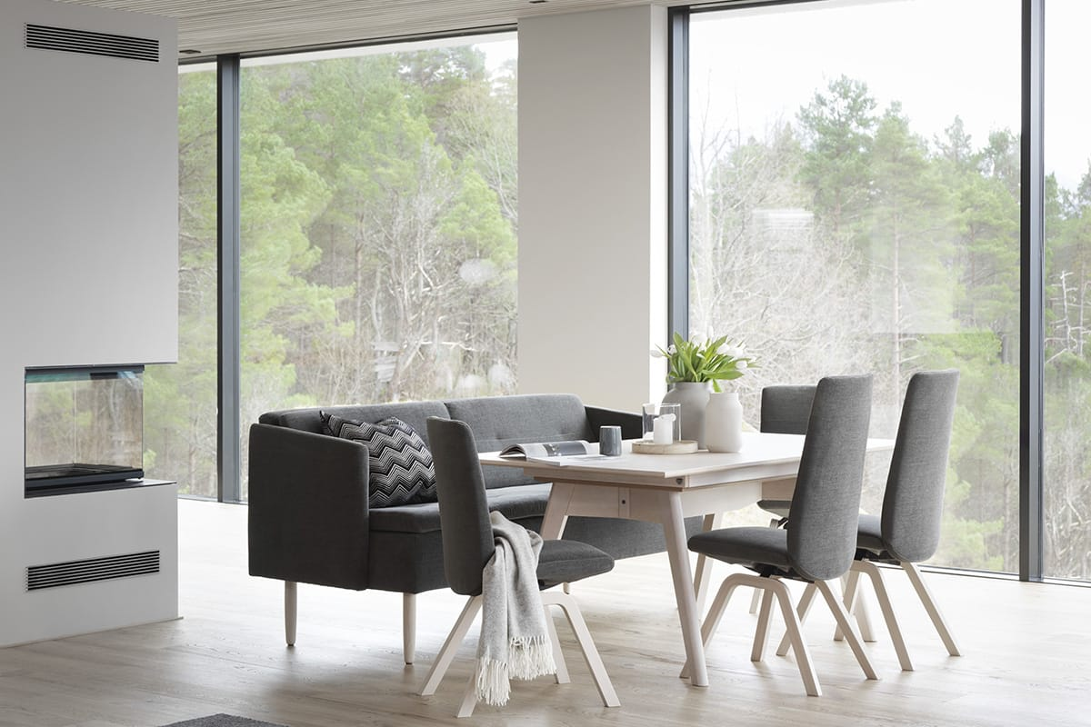 Die klare Linienführung von norwegischem Design erzeugt eine ungezwungene Eleganz, wie man sie auch bei der Stressless Dining Kollektion findet.