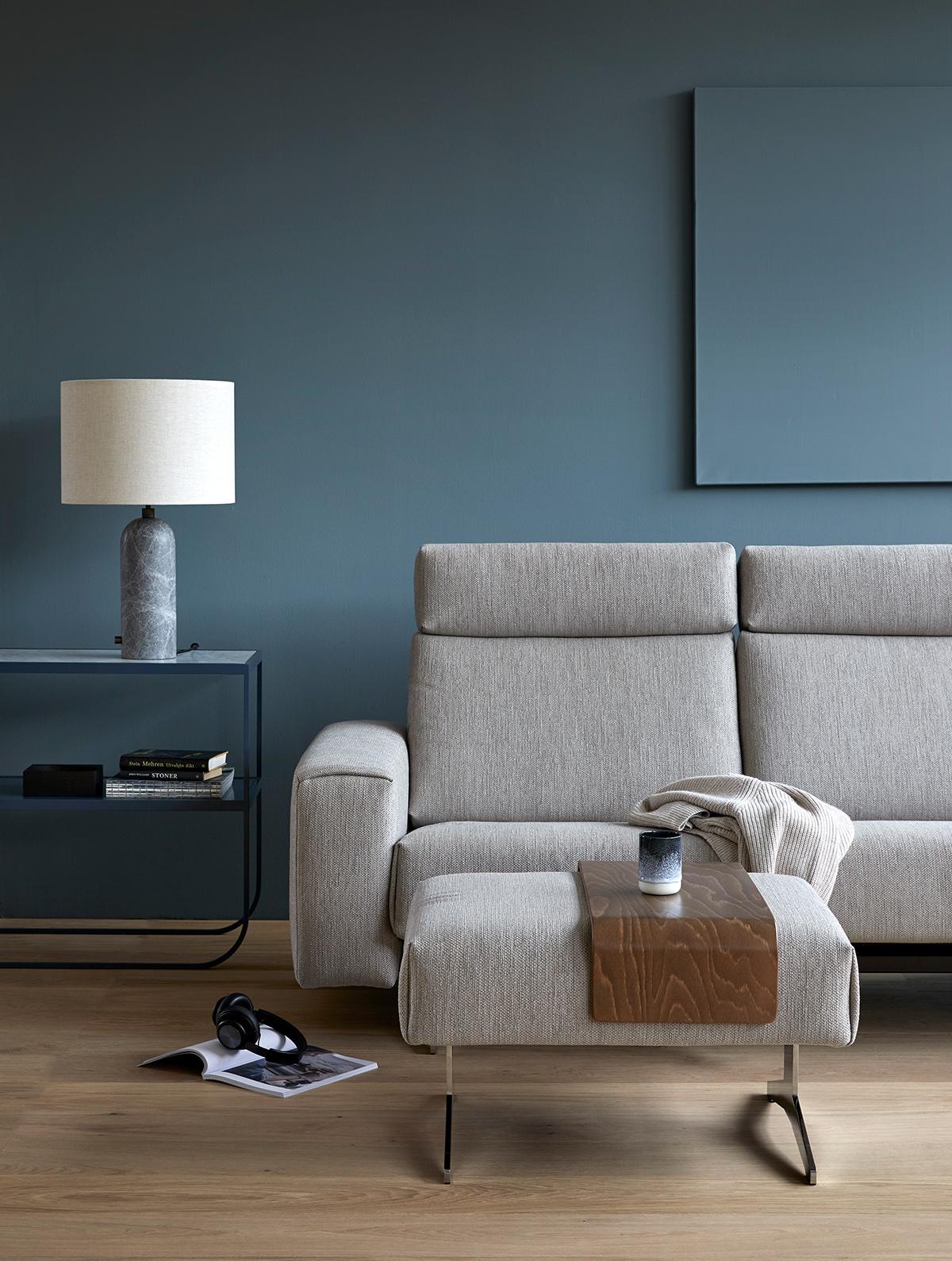 Verwendet beim Frühjahrsputz das passende Pflegemittel für euer Stressless Stoff-Sofa.