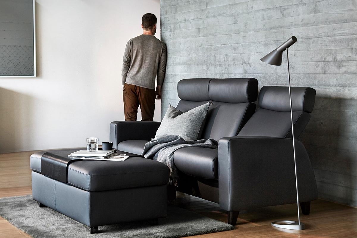 Mit einem Stressless Arion Sofa lässt sich ein ungenutztes Zimmer gut als Heimkino nutzen.