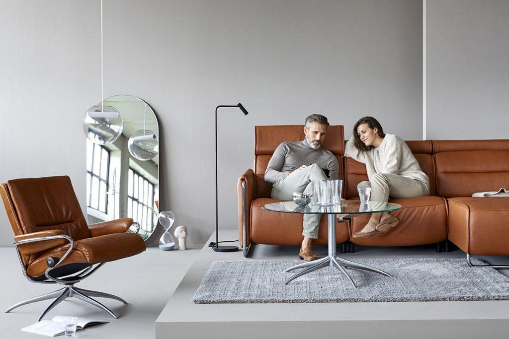 Neben Stressless Relaxsesseln stellt Ekornes auch Sofakombinationen wie das Sofamodell Emily her, in dem sich perfekter Komfort genießen lässt.